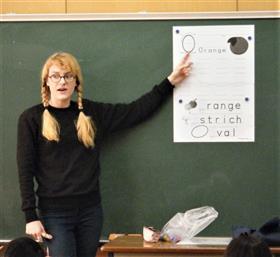 アルファベットを教えるジョアナ先生