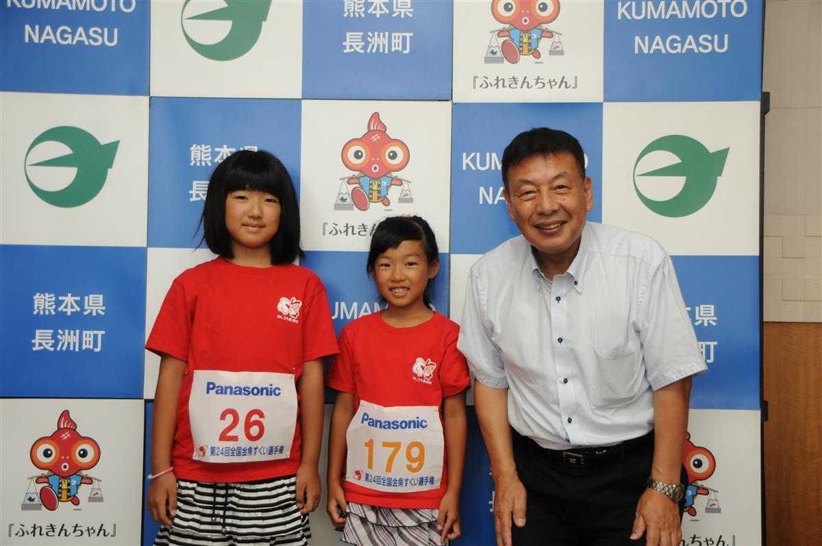 (左から)凜さんと夏生さんが中逸町長に結果を報告しました