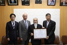 右から中逸町長、服部さん、戸越教育長、腹栄中松永校長