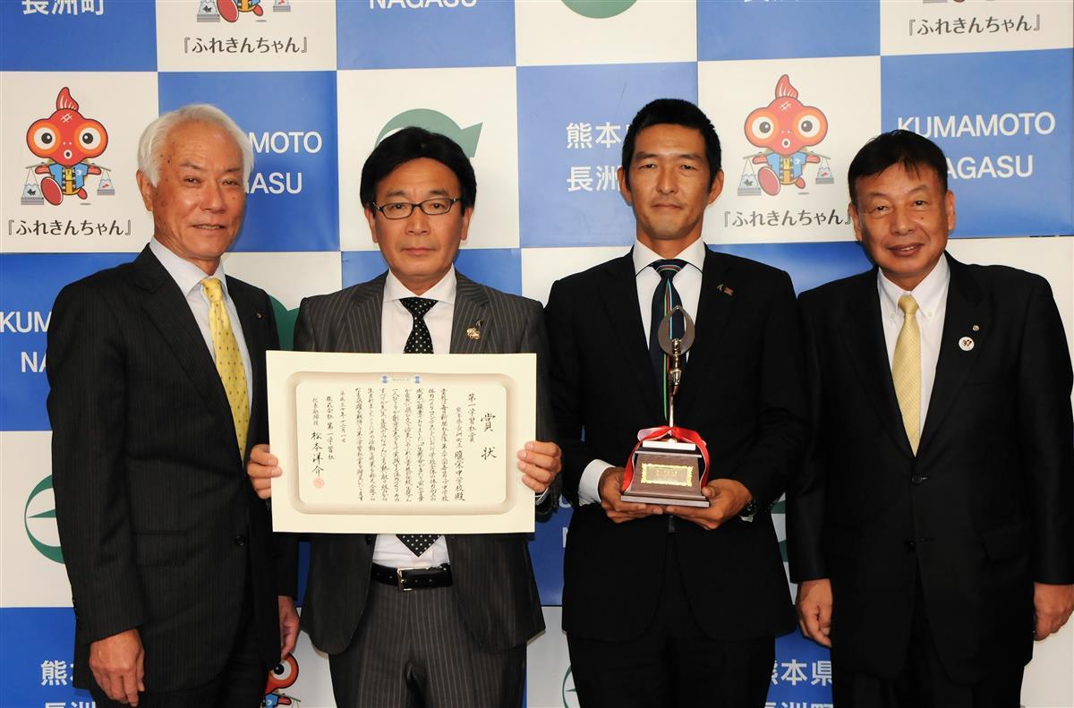 受賞を報告した松永校長(左から2人目)と土田教諭(左から3人目)