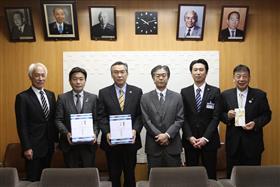 ボールを贈った那須会長と崎山支店長(右から3人、2人目)