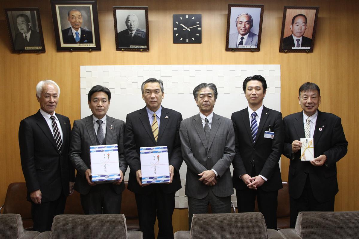 野球ボールを贈った那須会長と崎山支店長(右から3、2人目)