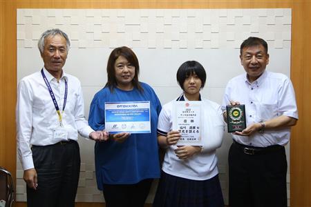 優勝報告をした福川さん(右から2人目)