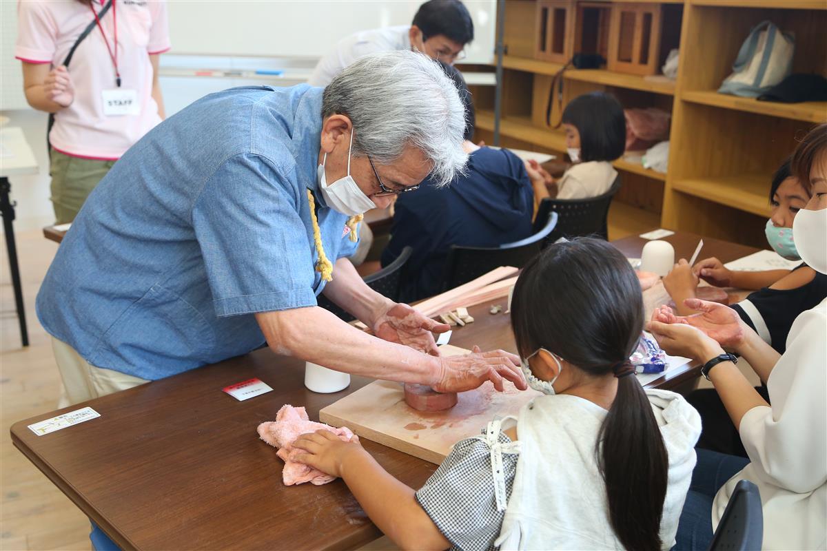 陶芸を教える水野さん